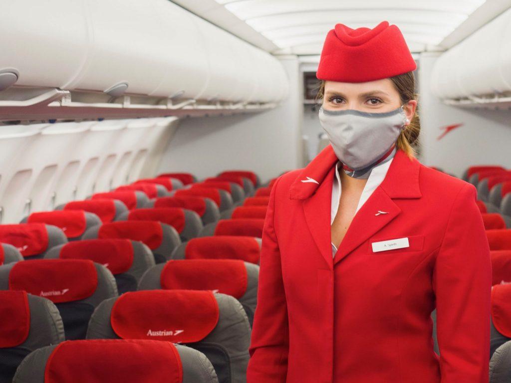 Austrian Airlines Flugbegleiterin mit Maske